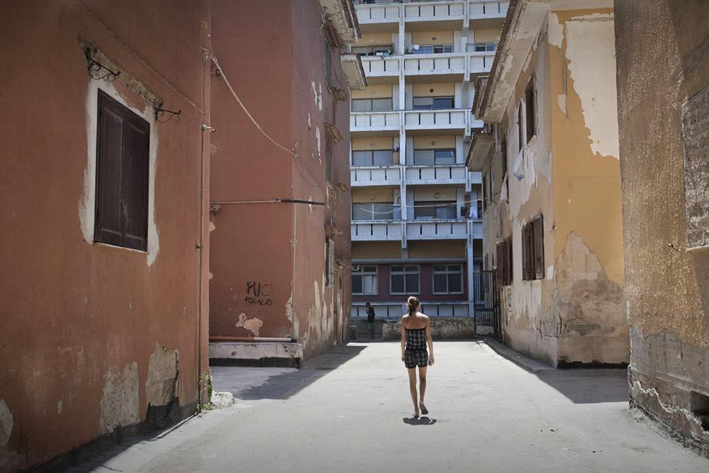 Villaggio Coppola, Castel Volturno, Campania. Alessandra in mezzo ai palazzi del Parco Saraceno dove vive.