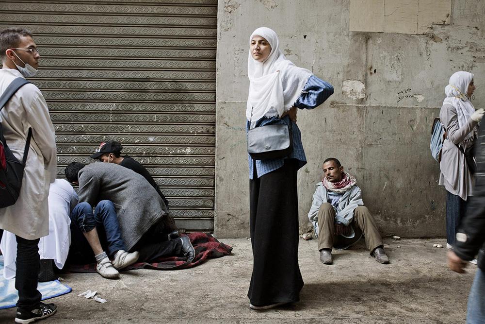 Cairo, Egitto. Un'infermiera volontaria durante gli scontri nei pressi di Piazza Tahrir.