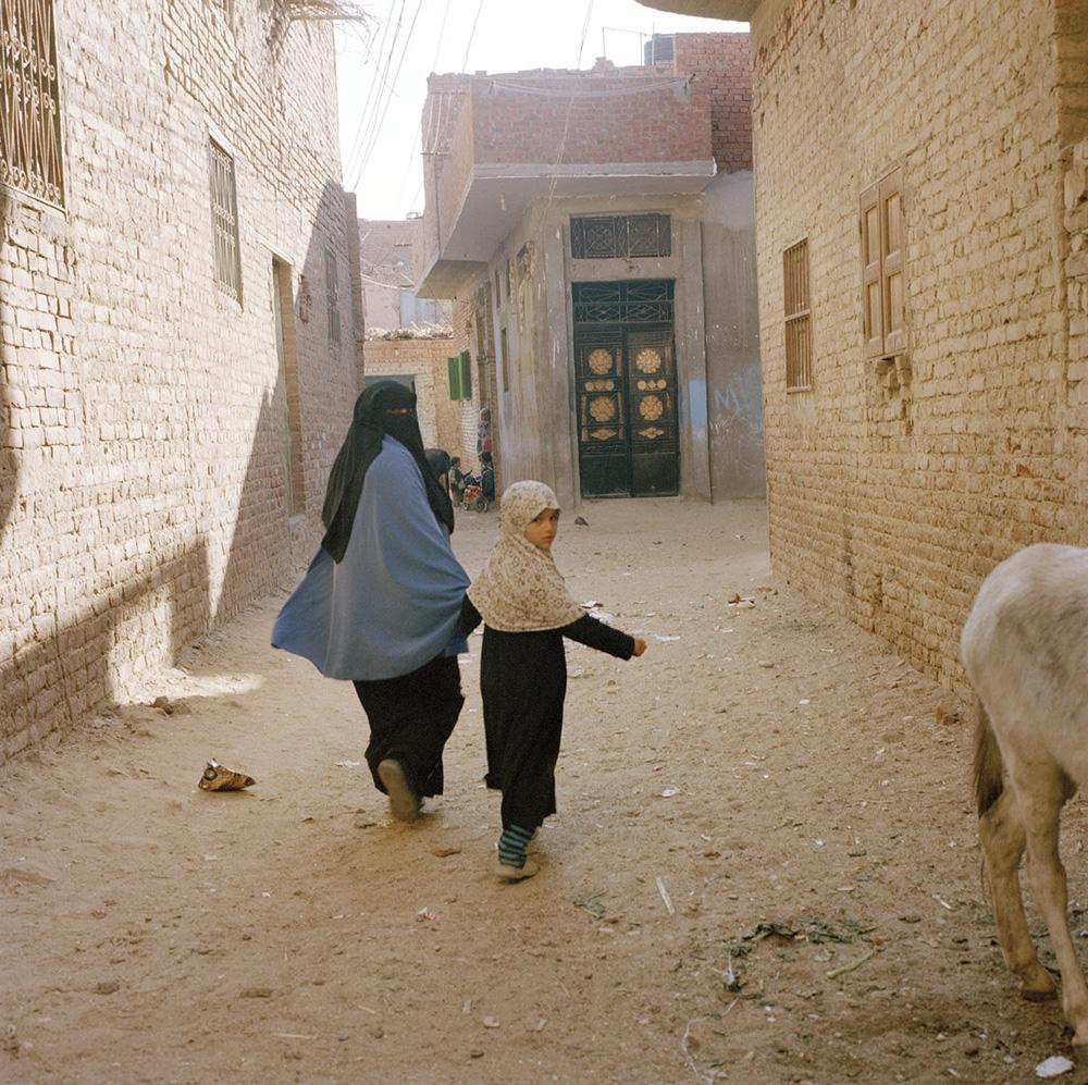 El Dessamy, Egitto. 2012 Una bambina e sua madre mentre passeggiano per la cittadina.
