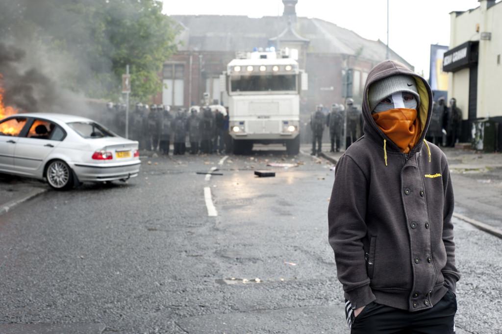 Living on the Edge. Europa, Irlanda del Nord, Belfast. Quartiere Ardoyne. Scontri tra cattolici, protestanti e polizia dopo la marcia protestante Orange del 12 luglio.