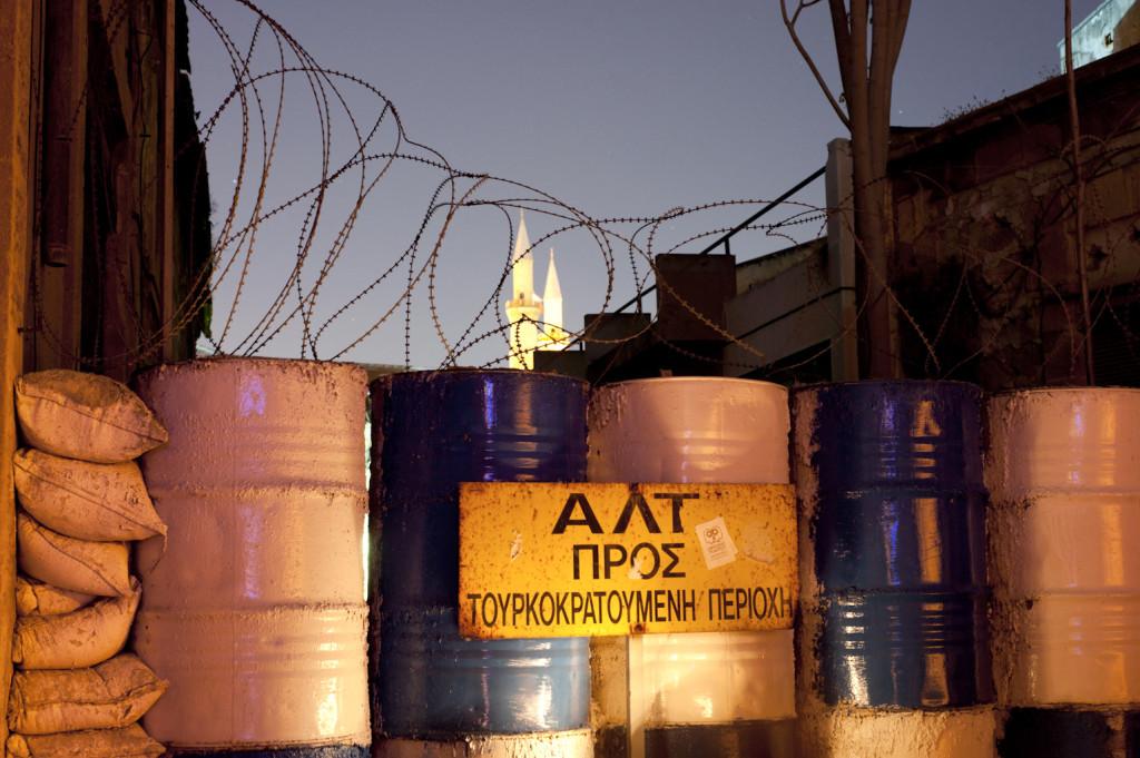 Living on the Edge. Cipro, Nicosia. Barriera militare presso la Buffer Zone. Sullo sfondo, i minareti della moschea Selimye.