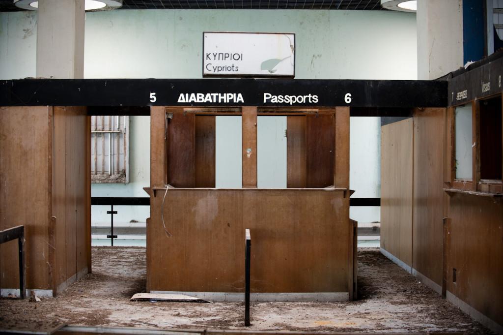 Living on the Edge. Cipro, Area ONU, Aeroporto civile di Nicosia, abbandonato il 18.08.1974 durante gli scontri. Si trova dentro l'area dell'ONU.
