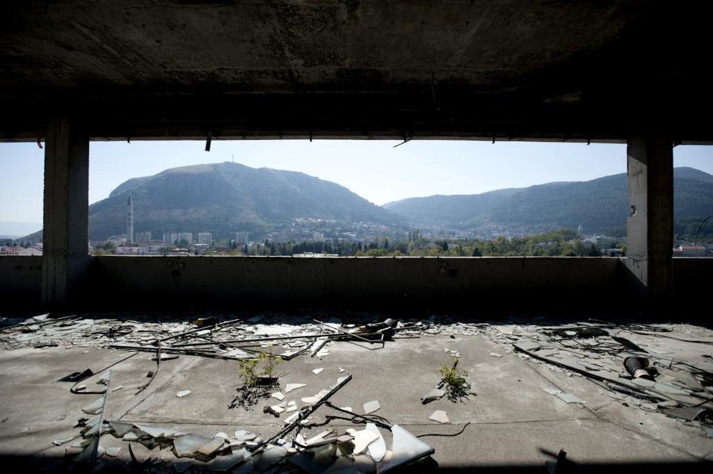 Living on the Edge. Bosnia-Herzegovina, Mostar. Vecchio edificio distrutto appartenente all'ex Yugo Bank. L'edificio è ancora abbandonato.