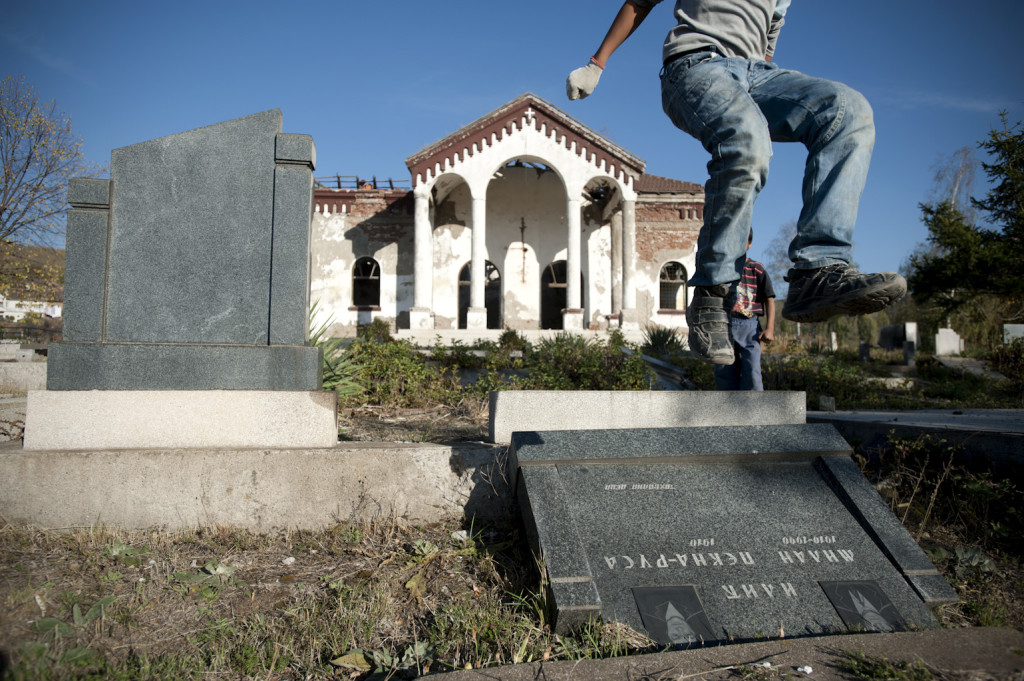 Living on the Edge. Kosovo, Città di Mitrovica (Kosovska Mitrovica in serbo, Mitrovica in albanese). Cimitero serbo distrutto nel sud di Mitrovica (a maggioranza albanese). In seguito alle rivolte del 2004, gli albanesi distrussero tombe e diedero fuoco alla cappella del cimitero.