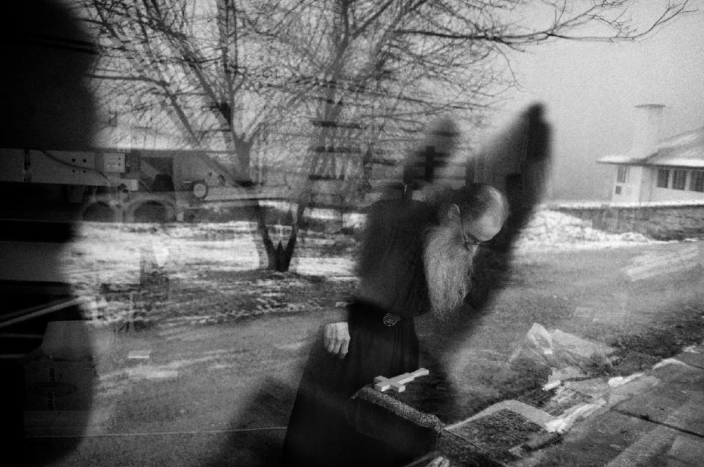 """Da """"Forgotten memories"""". Un monaco intagliatore presso il monastero Visoki Dečani. Avulsi dal mondo fuori dal monastero, i monaci sono completamente autosufficienti nello svolgere le attività della vita quotidiana. Ciascuno di essi ricopre un ruolo determinato all'interno della comunità. Dečani, Kosovo."""