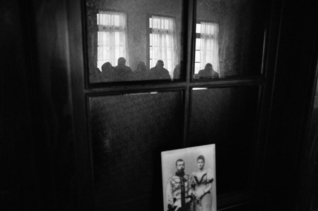 """Da """"Forgotten memories"""". Fedeli nel refettorio del monastero Visoki Dečani. Il 90% della popolazione attuale del Kosovo è composta da albanesi musulmani. Soltanto una ridotta percentuale appartiene alla minoranza ortodossa serba. Dato l'elevato rischio di attacchi da parte della maggioranza albanese, la minoranza serba si reca nel monastero soltanto in occasione dei maggiori eventi religiosi, quali il giorno di Natale e quello di Pasqua. Dečani è un piccolo villaggio dove intolleranza etnica e religiosa sono ancora profondamente radicate. Dečani, Kosovo."""