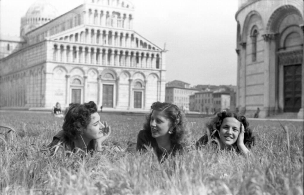 Federico Patellani, Pisa, 1946, tre ragazze in Campo dei Miracoli © Federico Patellani - Regione Lombardia / Museo di Fotografia Contemporanea.