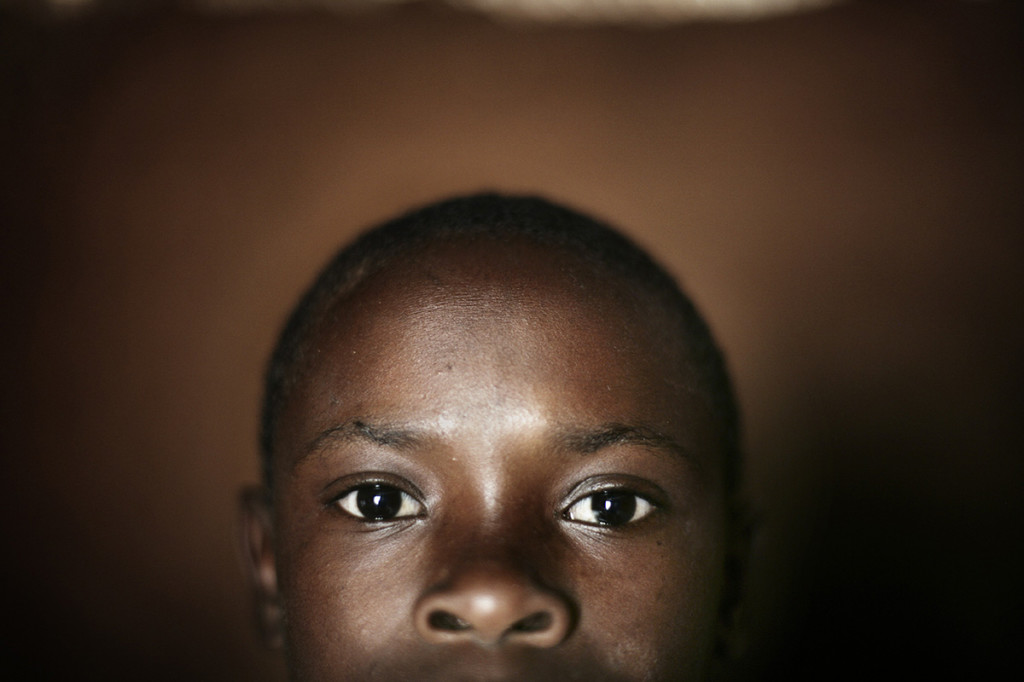 A child waits to be tested for HIV in Singi, Uganda © Marco Di Lauro / Reportage by Getty Images