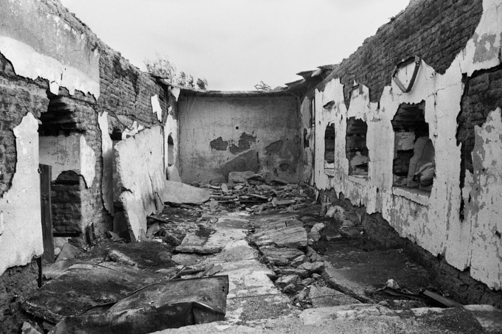 Gharduka, Rojava, Kurdistan Siriano. Gharduka è sulla linea del fronte tra i Curdi e l'Isis. Il villaggio è disabitato, e l'unica chiesa è stata distrutta dai jihadisti che l'hanno fatta saltare dopo averla usata come linea di difesa. Gennaio 2014. © Linda Dorigo