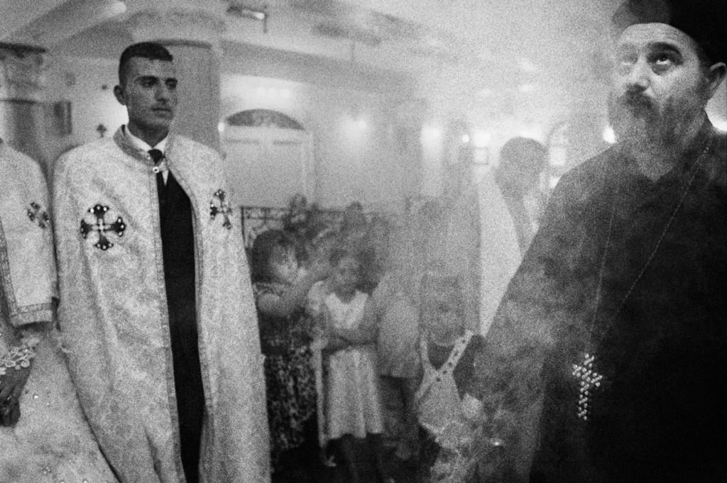 Deir Abu Hennis, Egitto. Un matrimonio ortodosso. La comunità cattolica del villaggio è in minoranza, ma le relazioni tra le due confessioni sono buone. Durante le feste, i rappresentanti di ogni chiesa si rendono omaggio reciprocamente. Luglio 2012. © Linda Dorigo