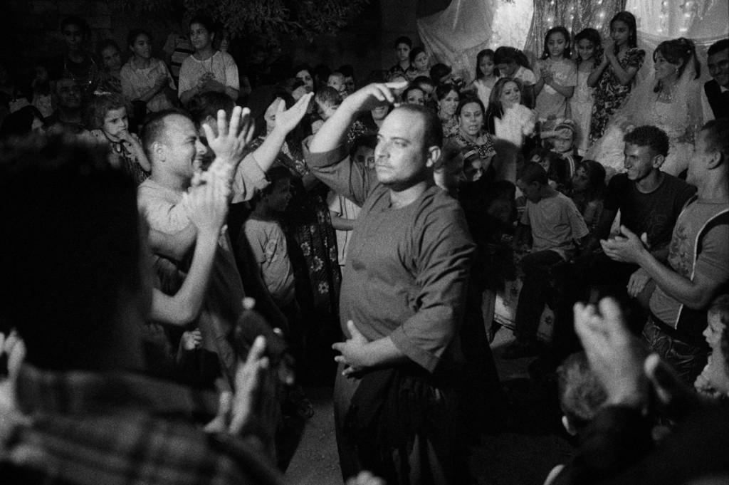 Deir Abu Hennis, Egitto. Danze davanti alla casa della futura sposa. Agosto 2011. © Linda Dorigo