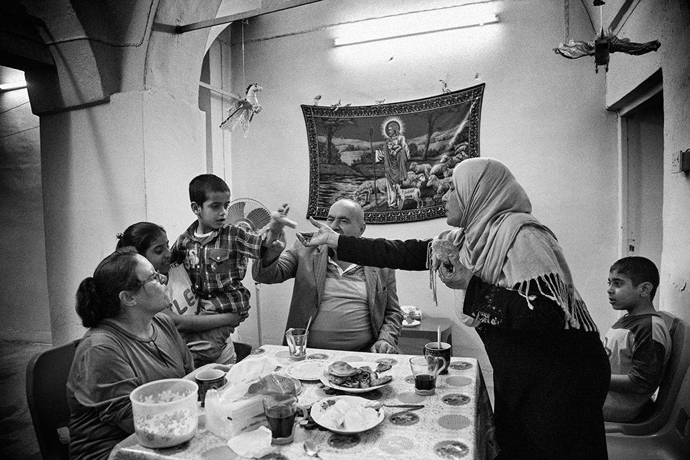 04/04/2015, Kirkuk, Iraq. - Widad (Sunni Muslim) visits Ghanem's (Christian) part of the house for a friendly tea session. © Bnar Sardar/Metrography
