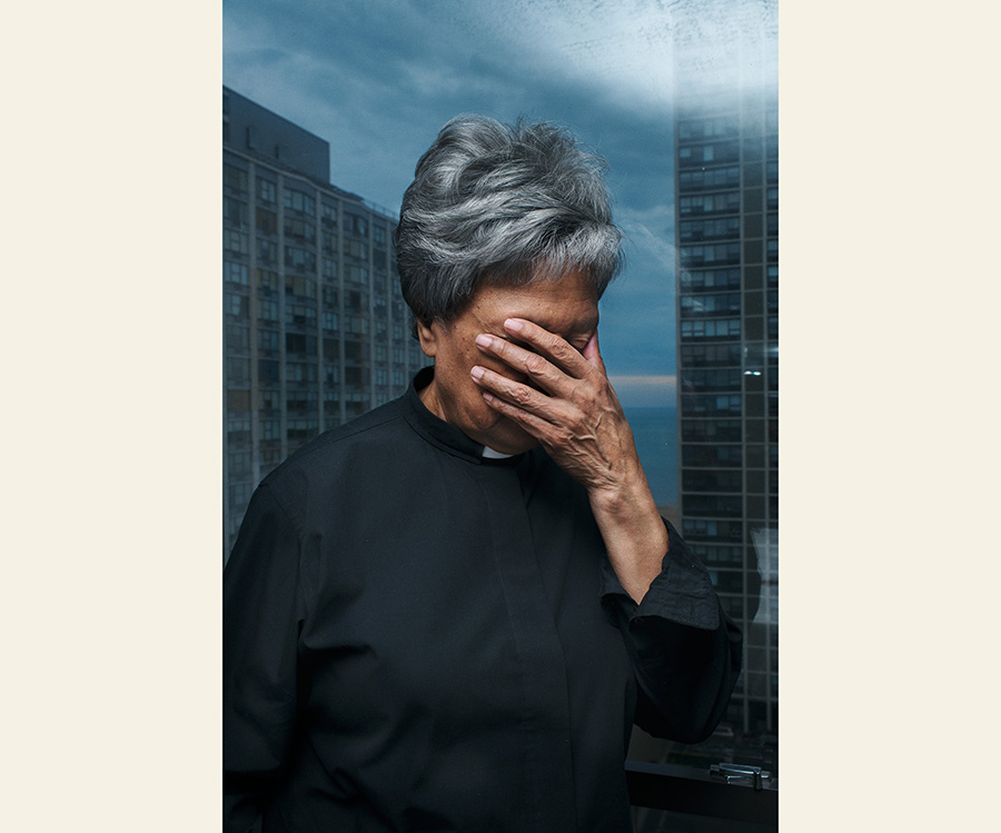 Alta Jacko prega nel suo appartamento a Chicago, Illinois. © Giulia Bianchi