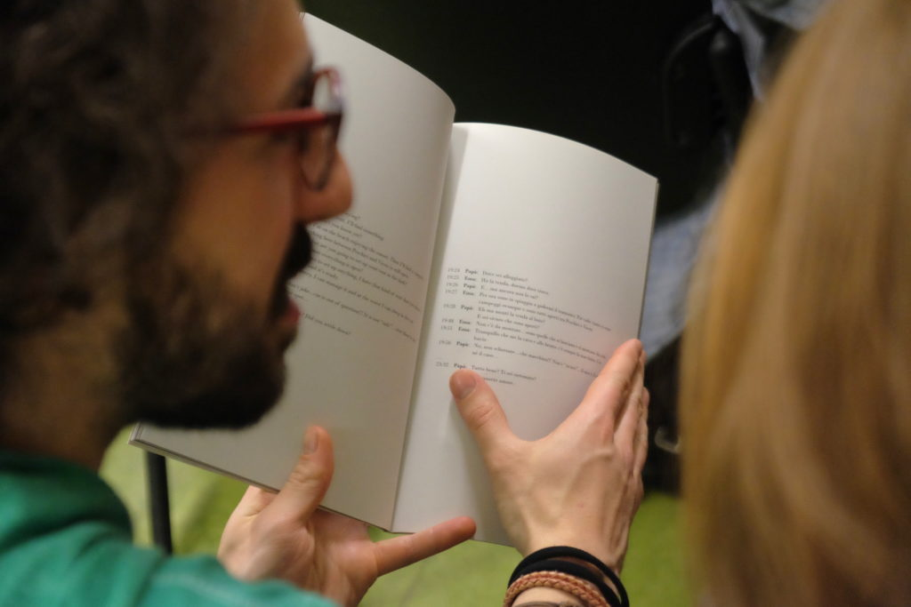 Il passaggio dei fotolibri di mano in mano. © Marco Benna / Phom