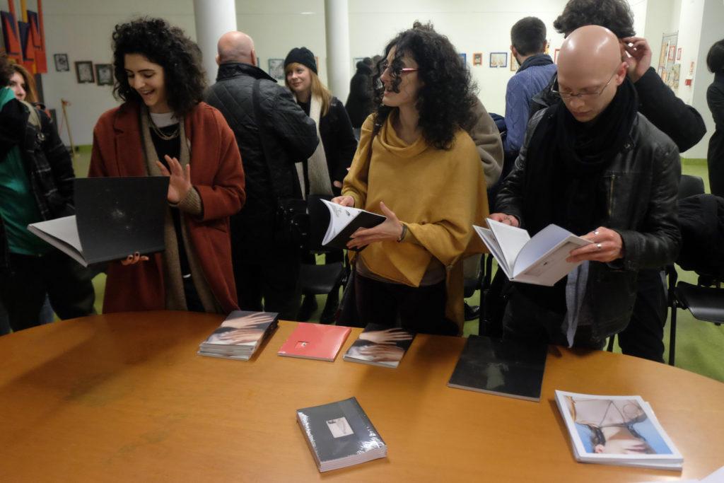Il pubblico sfoglia i libri di Witty Kiwi. © Marco Benna / Phom