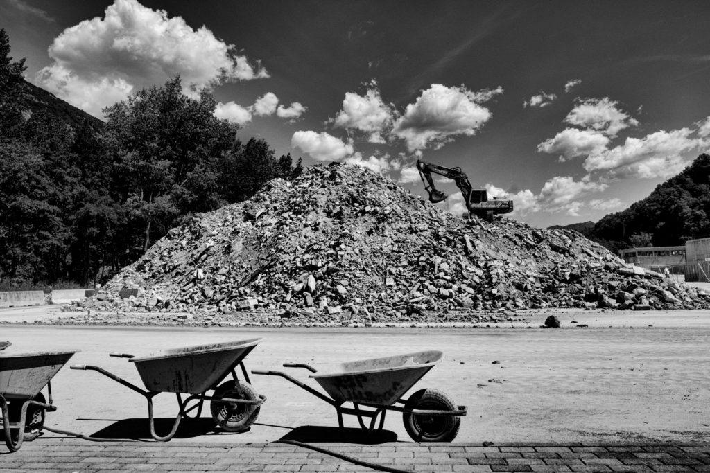 """""""Gli Spaesati"""", Cantiere di smaltimento delle macerie su via Salaria tra Arquata del Tronto (Ap) e Grisciano di Accumoli. © Giovanni Marrozzini"""