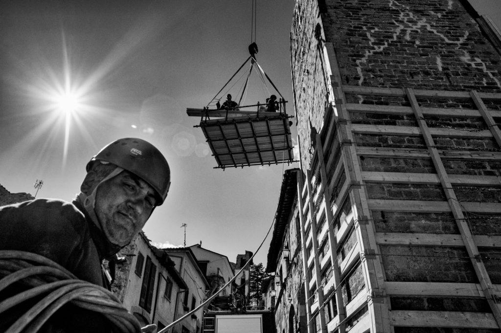 """""""Gli Spaesati"""", Vigili del fuoco durante i lavori di messa in sicurezza del campanile di Accumoli (Ri). © Giovanni Marrozzini"""