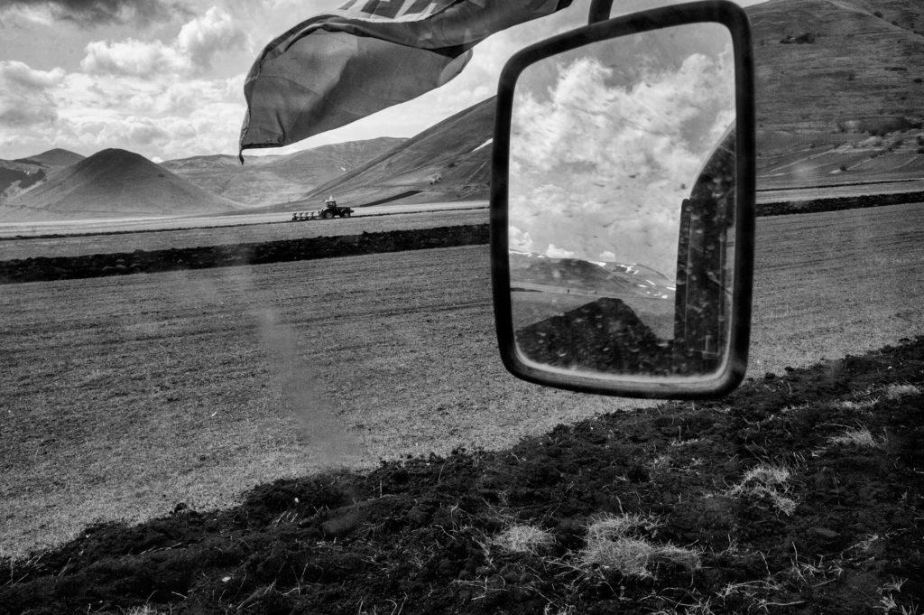 """""""Gli Spaesati"""", Aratura sul Piano Grande a Castelluccio di Norcia (PG) prima della semina di lenticchie. © Giovanni Marrozzini"""