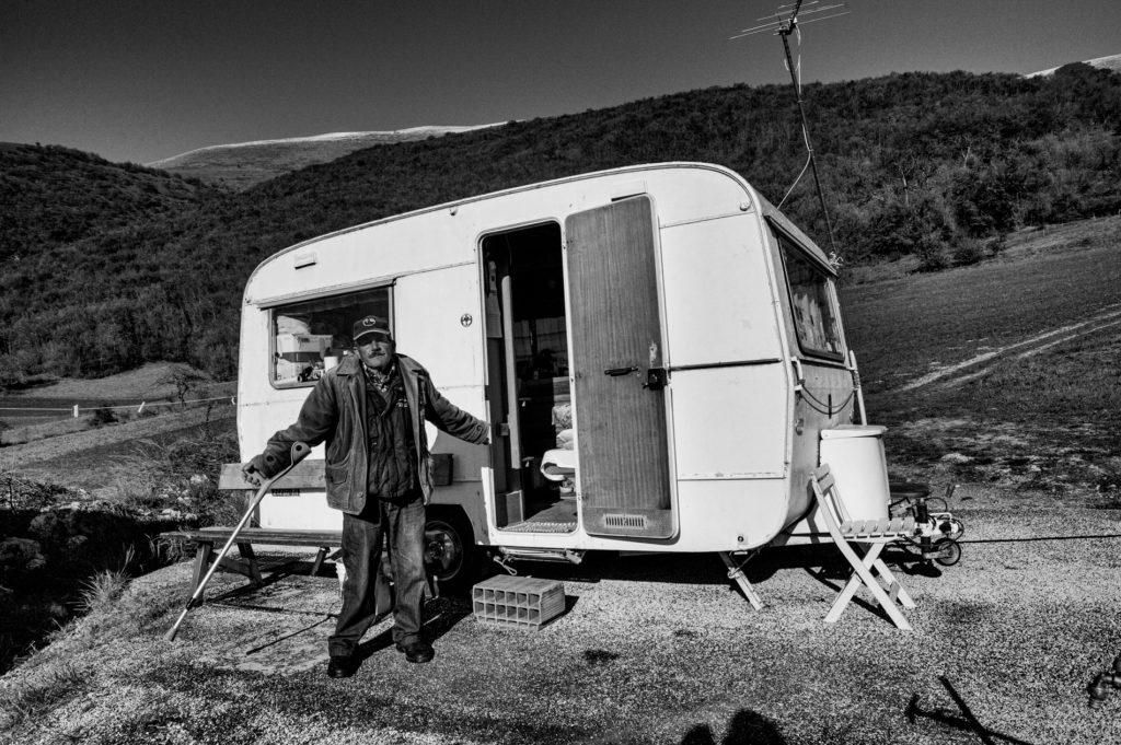 """""""Gli Spaesati"""", Ezio Pierantozzi, accanto alla sua roulotte a Nottoria, frazione di Norcia. © Giovanni Marrozzini"""