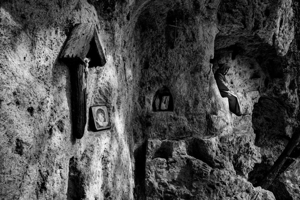"""""""Gli Spaesati"""", L'eremita Tadeusz Wrona nell'eremo di San Fiorenzo a Preci (Pg). © Giovanni Marrozzini"""