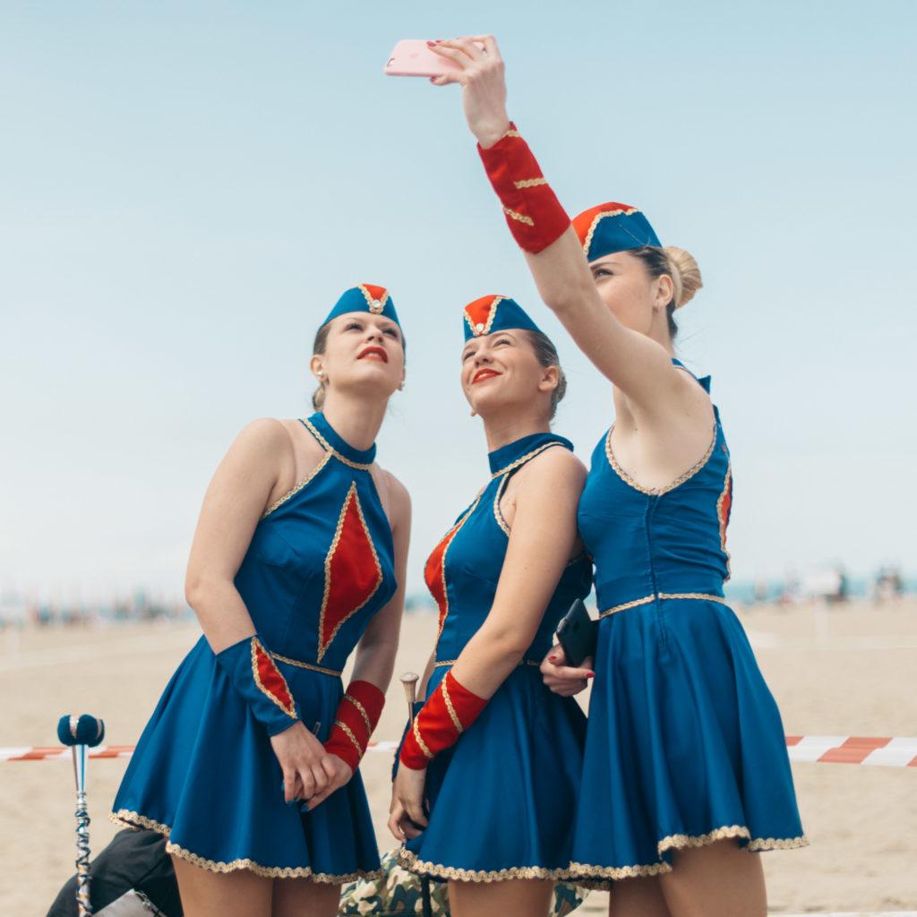 3 majorettes si fanno un selfie prima di una esibizione © Agnese Morganti
