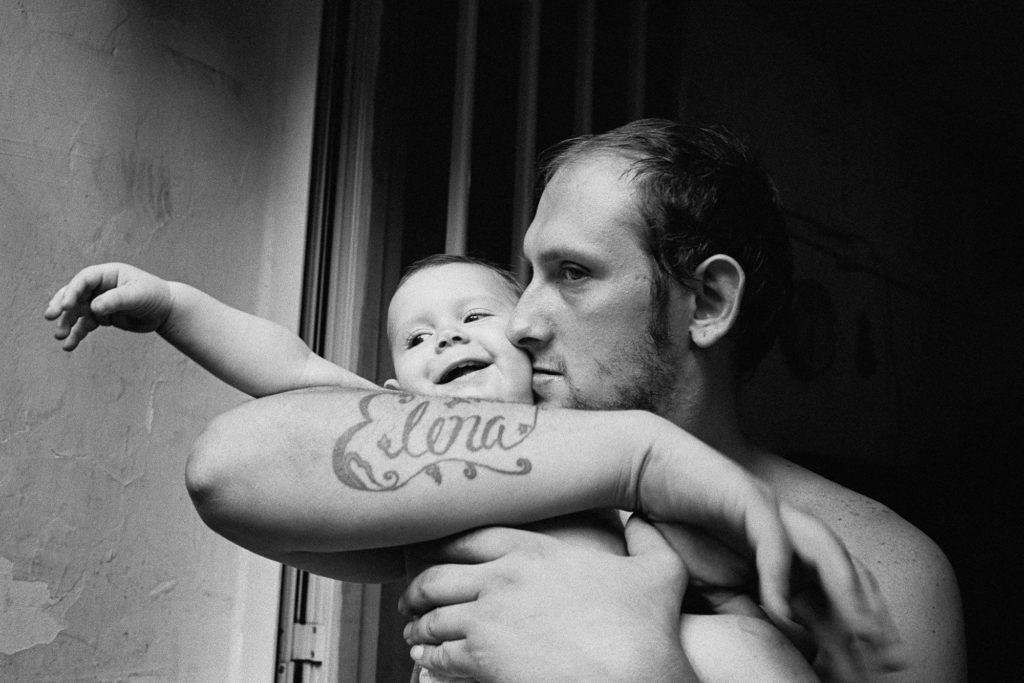 Marco, padre di tre bambine, con sua figlia Giusy. Marco ogni notte esce per andare a lavorare. © Ciro Battiloro