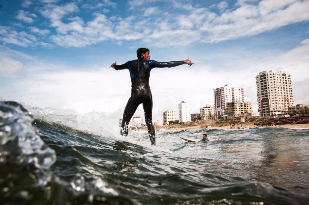 Mahmoud Osama Al-Rayashi fa surf tra le onde che bagnano la Striscia di Gaza, 2010.  © Alessandro Gandolfi