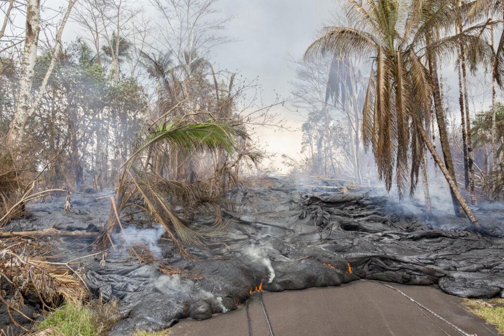 La lava dalla fessura 7 dell'eruzione del vulcano Kilauea avanza sulla strada nella zona residenziale di Leilani Estates, Big Island, Hawaii © Gaia Squarci