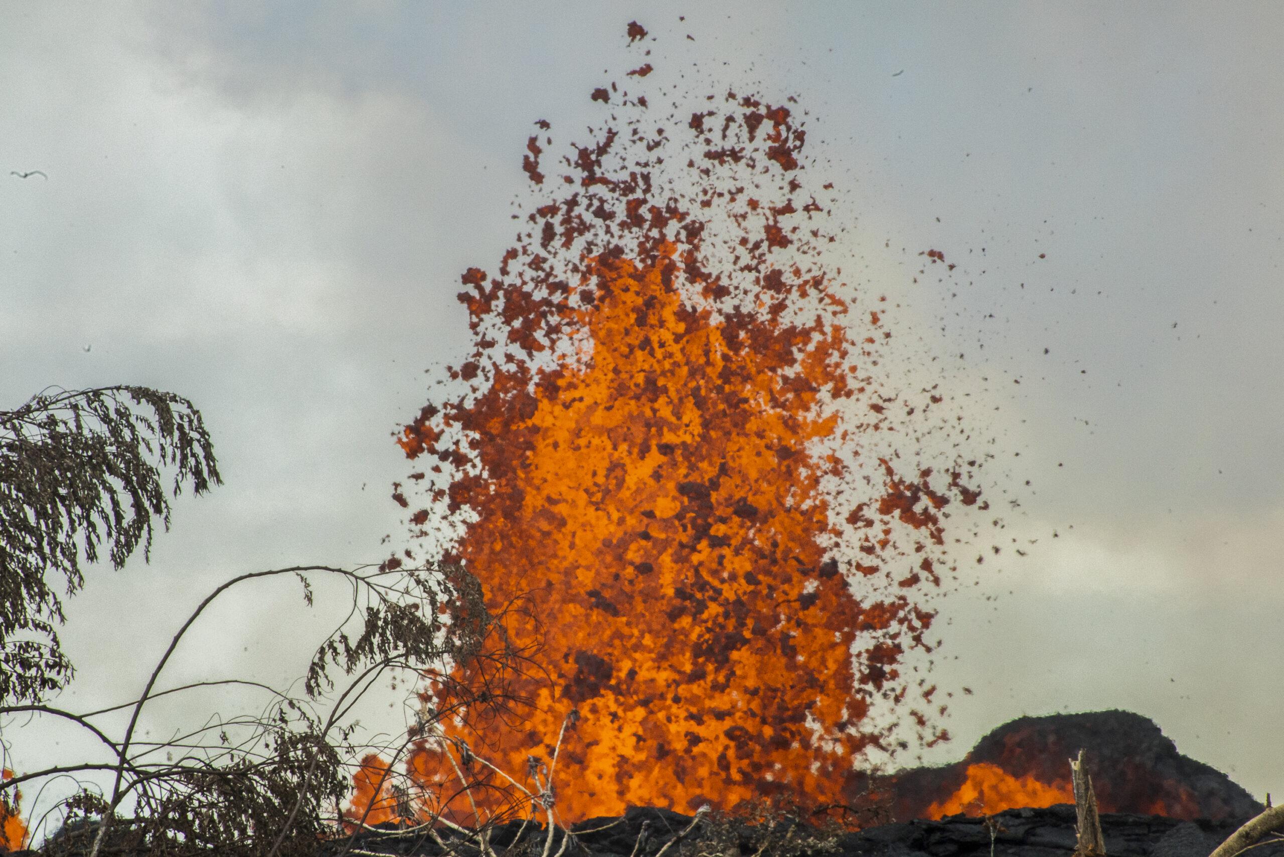 Una fontana di lava fuoriuscita dalla fessura 7 del vulcano Kilauea sono visibili nella zona residenziale di Leilani Estates, Big Island, Hawaii. © Gaia Squarci