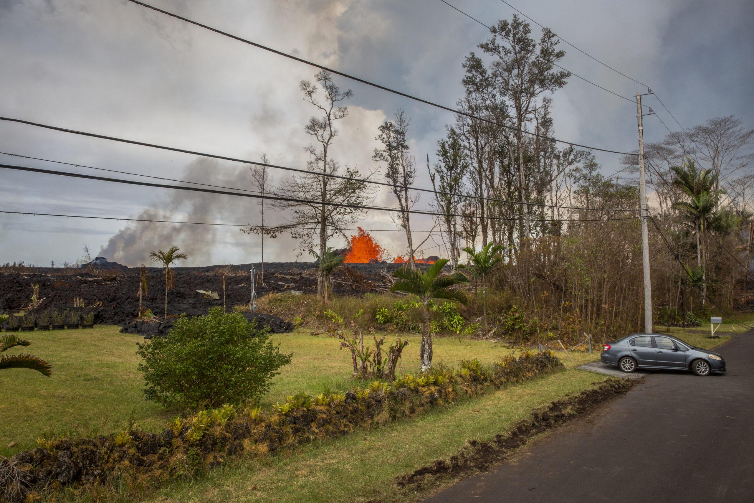 Due fontane di lava fuoriuscita dalla fessura 7 del vulcano Kilauea sono visibili nella zona residenziale di Leilani Estates, Big Island, Hawaii. © Gaia Squarci