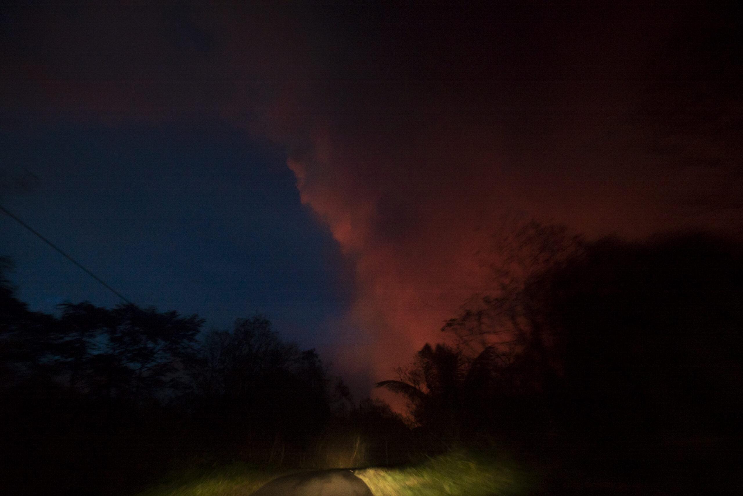 Il bagliore dell'eruzione del vulcano Kilauea è visibile di notte a Big Island, Hawaii. 27 maggio 2018 © Gaia Squarci