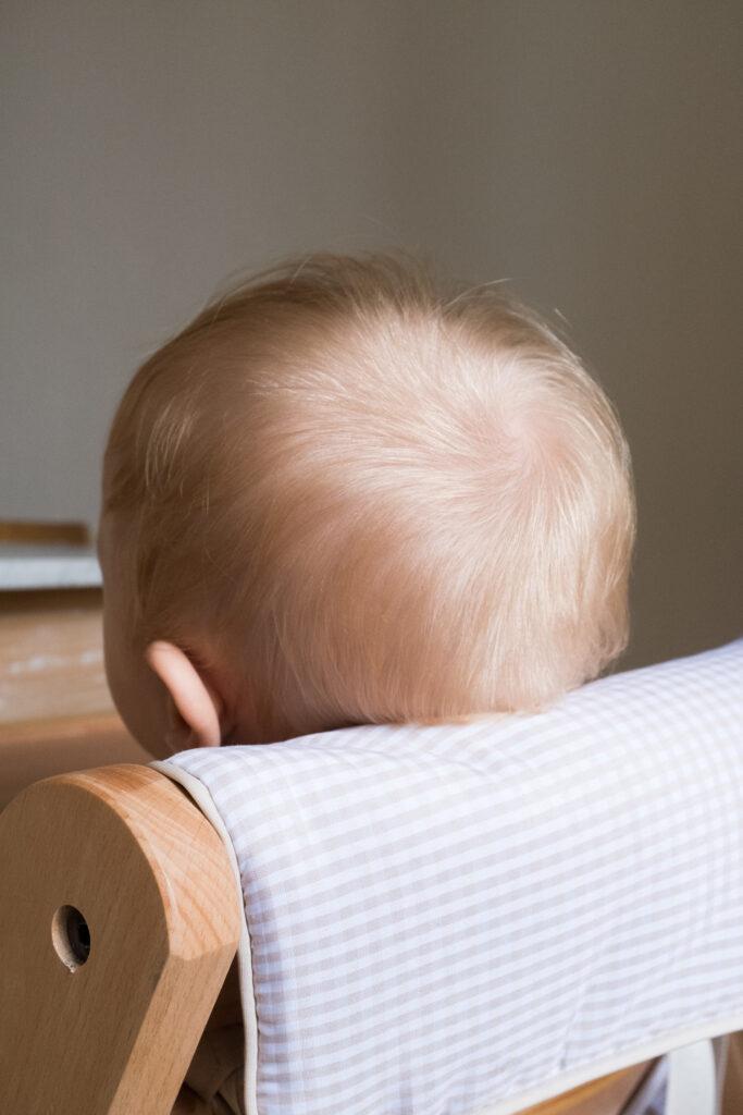 Testa di neonato, da dietro, simbolo di maternità